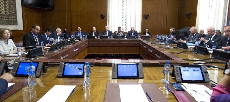 Staffan de Mistura, Envoyé spécial des Nations Unies pour la Syrie, assiste à une réunion bilatérale avec Nasser Al Hariri, représentant du Haut Comité des négociation de l'opposition syrienne lors des négociations intersyriennes, à Genève. 18 mai 2017.