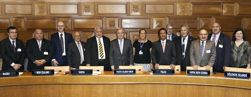 Le Secrétaire général António Guterres (au centre) rencontre les représentants du Forum des îles du Pacifique en marge du débat général annuel de l'Assemblée générale.