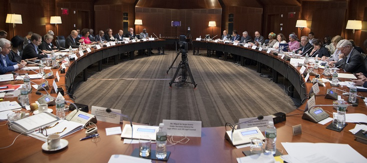 Vue d'ensemble des participants lors d'un dialogue interactif de haut niveau avec le Secrétaire général, António Guterres, des dirigeants d'organisations régionales et d'autres organisations au Greentree Estate à Manhasset, New York.